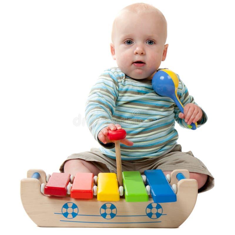 Baby, das mit Xylophone spielt stockbilder