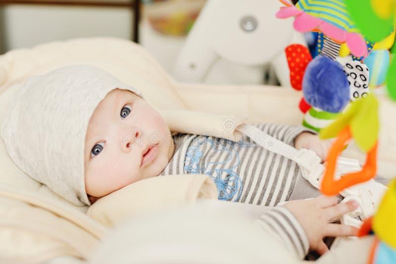 Baby, das in Prahlerstuhl legt stockbilder
