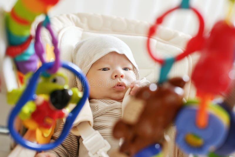 Baby, das in Prahlerstuhl legt lizenzfreies stockfoto