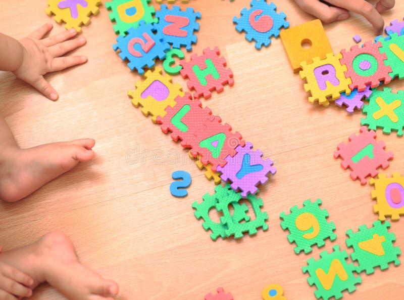 Baby, das Puzzlespiel macht Kinderlaubsäge entwickelt Kinder Kinderholding stockbilder