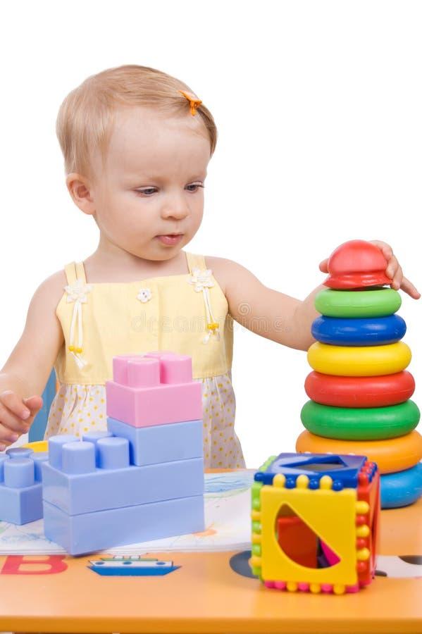Baby, das Pyramide spielt lizenzfreie stockbilder