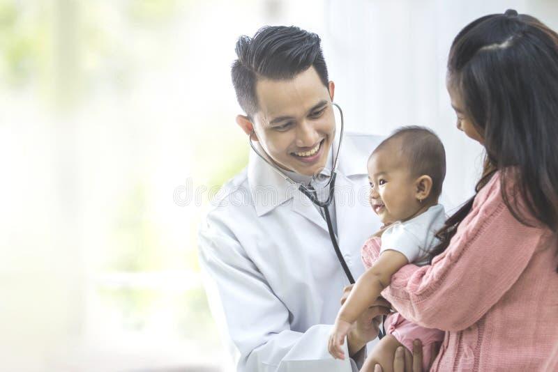 Baby, das von einem Doktor überprüft wird lizenzfreies stockfoto