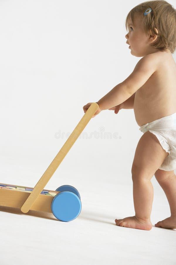 Baby, das Warenkorb drückt stockfotos