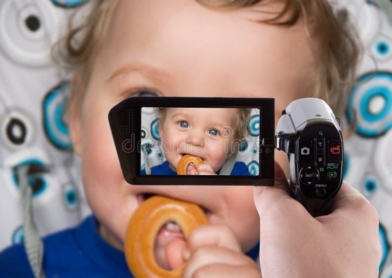 Baby, das zum Kamerarecorder speichert stockbild