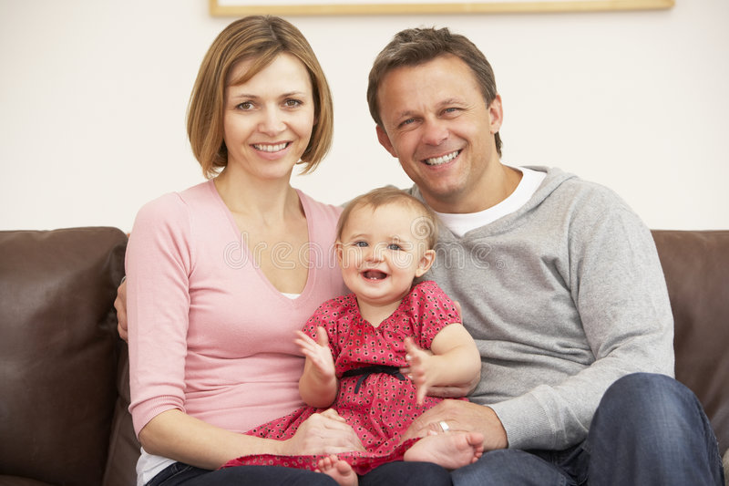 baby daughter parents sofa στοκ φωτογραφία με δικαίωμα ελεύθερης χρήσης