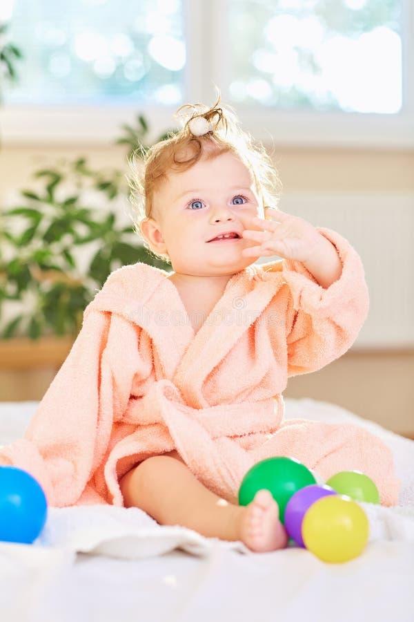 Baby in de badjas na het bad royalty-vrije stock foto's
