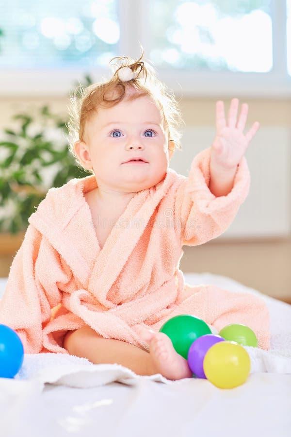 Baby in de badjas na het bad royalty-vrije stock foto