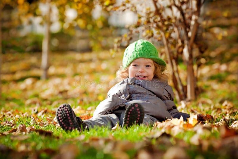 Baby in de herfst stock fotografie