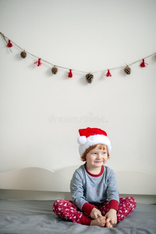 Baby in de hoed van de Kerstman stock foto
