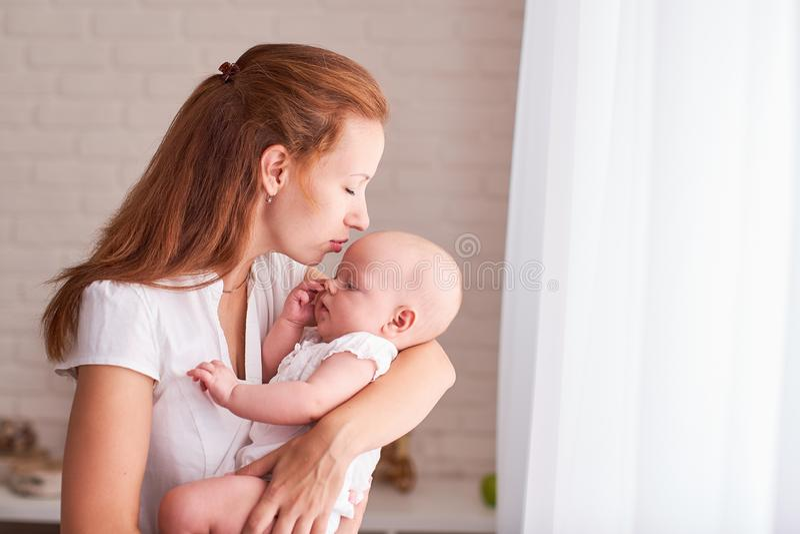 Baby in den Armen der Mutter s?ugt Mama speist das Kind mit Raum des freien Texts Kopieren Sie Platz lizenzfreies stockbild