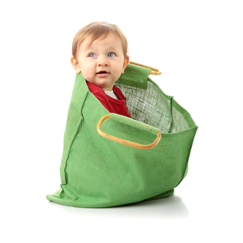 Baby in der Einkaufstasche stockfotos