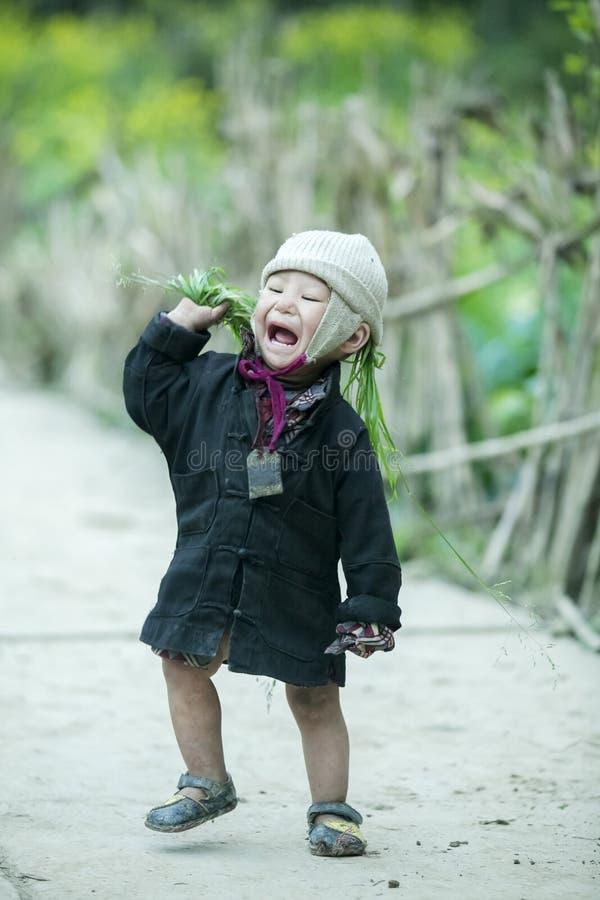 Baby der ethnischen Minderheit an Lung Cam-Dorf lizenzfreies stockbild