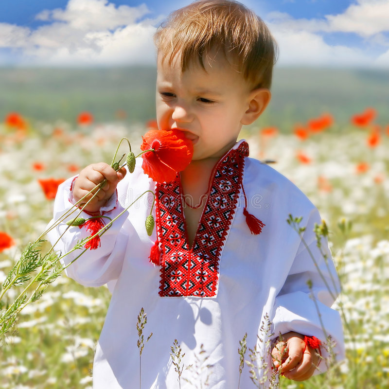 Baby in der traditionellen Kleidung lizenzfreie stockfotos