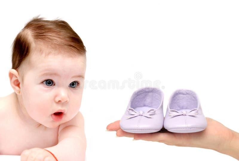 Baby die aan schoenen kijkt royalty-vrije stock foto