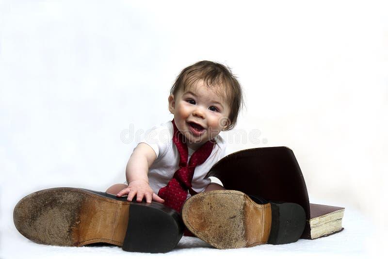 Baby die de Schoenen van de Papa dragen stock fotografie
