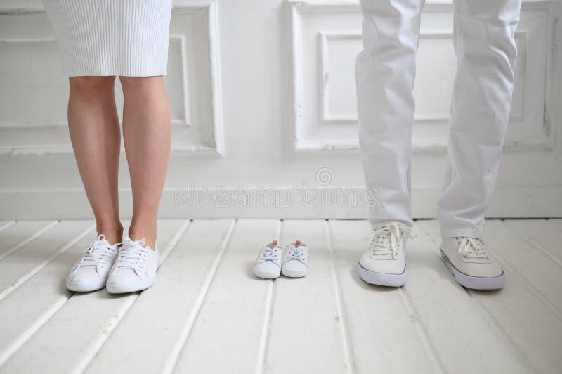 Baby die beeld met moeder, vader verwachten Moeder, vader en hun toekomstige baby royalty-vrije stock afbeelding