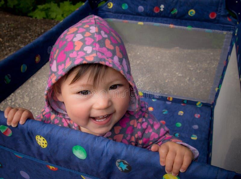 Baby die in Box buiten glimlacht stock foto's