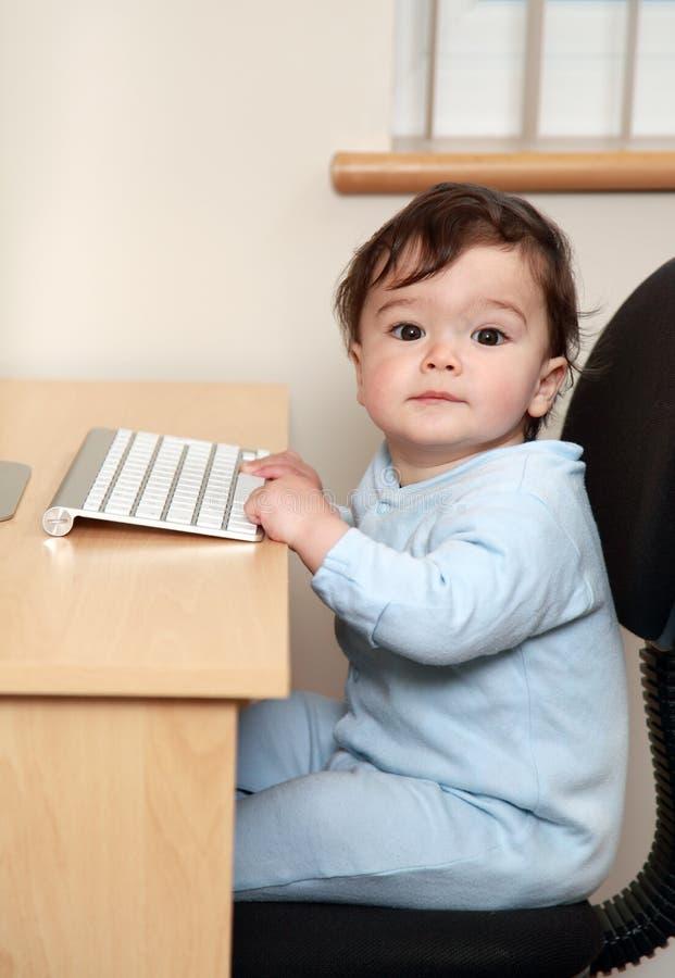Baby die computer met behulp van royalty-vrije stock afbeelding
