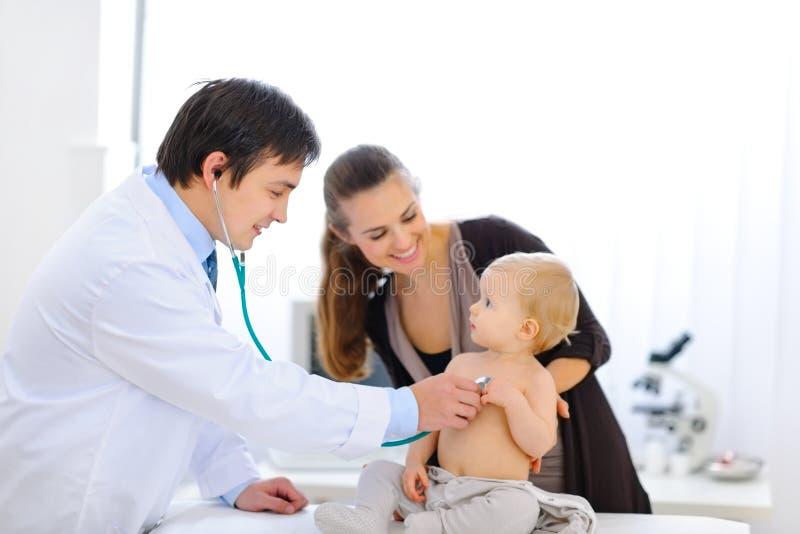 Baby die door arts wordt gecontroleerd die stethoscoop met behulp van