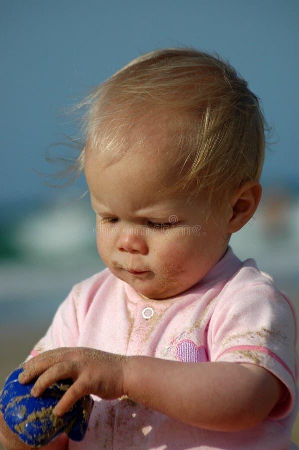 Baby die door te doen leert stock foto's