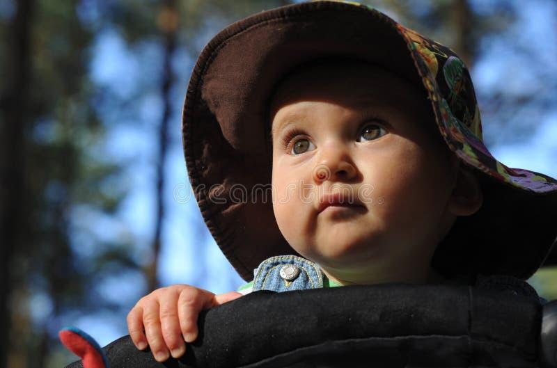 Baby die een hoed draagt stock foto's