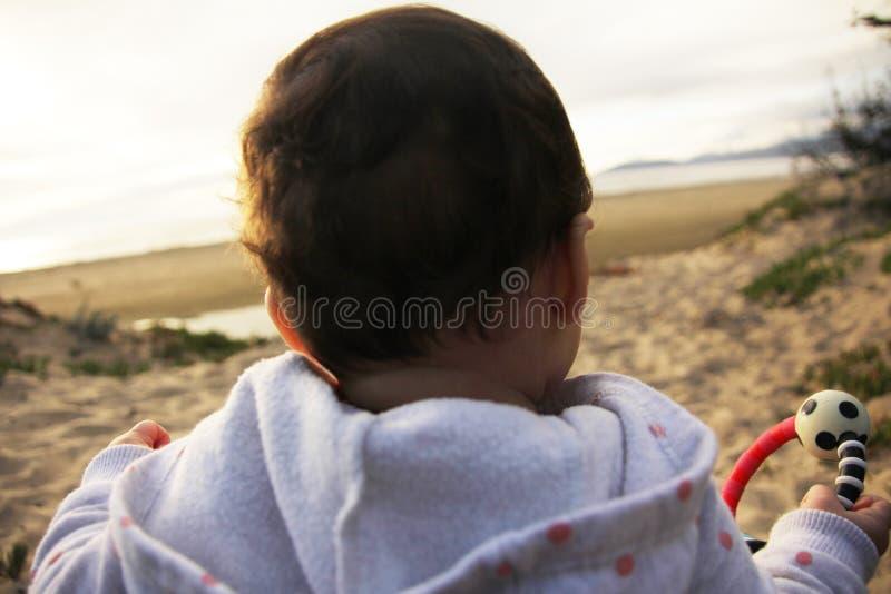 Baby die een prettijd op het strand hebben royalty-vrije stock foto