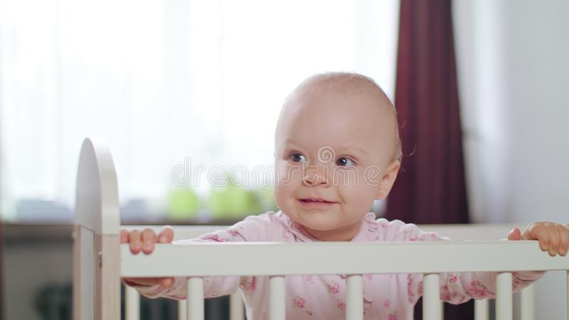 Baby die in een Voederbak zich thuis bevinden stock foto's