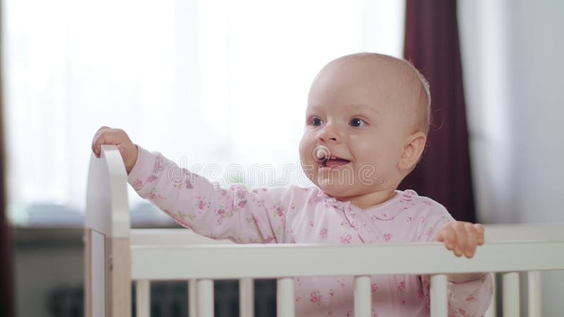 Baby die in een Voederbak zich thuis bevinden royalty-vrije stock afbeeldingen