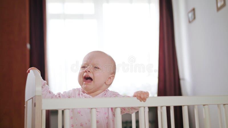 Baby die in een Voederbak zich thuis bevinden stock afbeeldingen