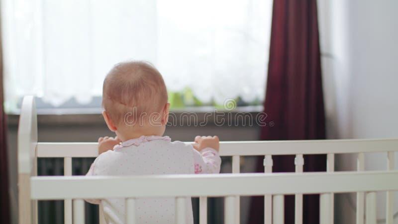 Baby die in een Voederbak zich thuis bevinden stock foto