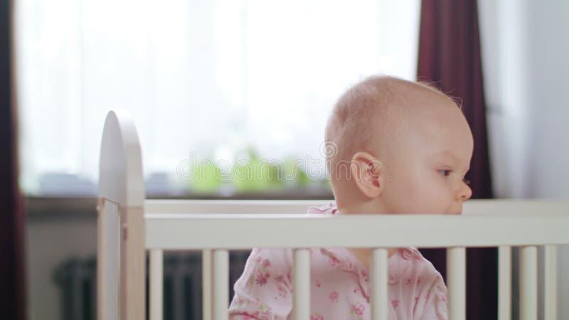 Baby die in een Voederbak zich thuis bevinden royalty-vrije stock foto's