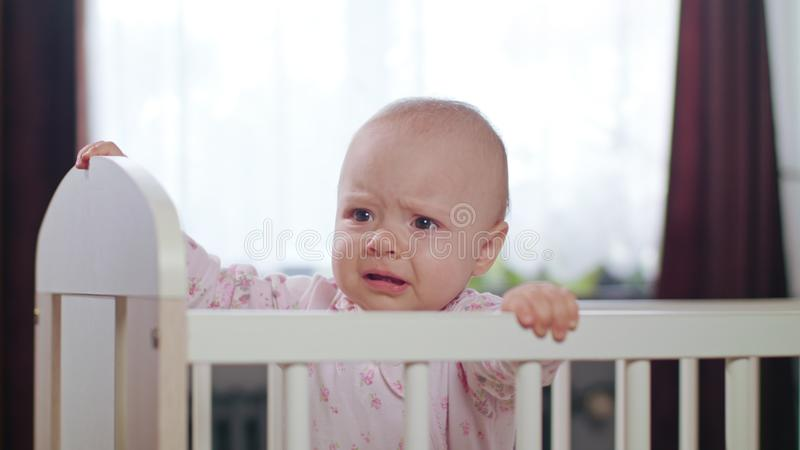 Baby die in een Voederbak zich thuis bevinden stock afbeelding