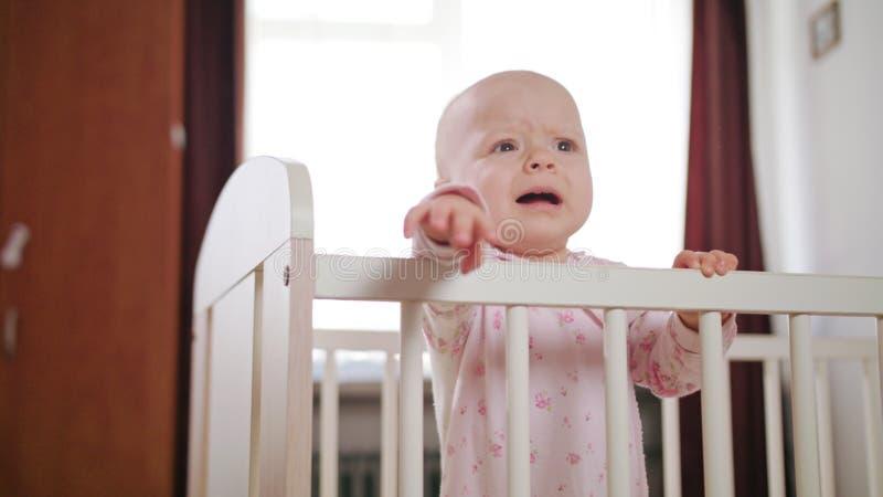 Baby die in een Voederbak zich thuis bevinden royalty-vrije stock afbeelding