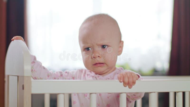 Baby die in een Voederbak zich thuis bevinden royalty-vrije stock fotografie