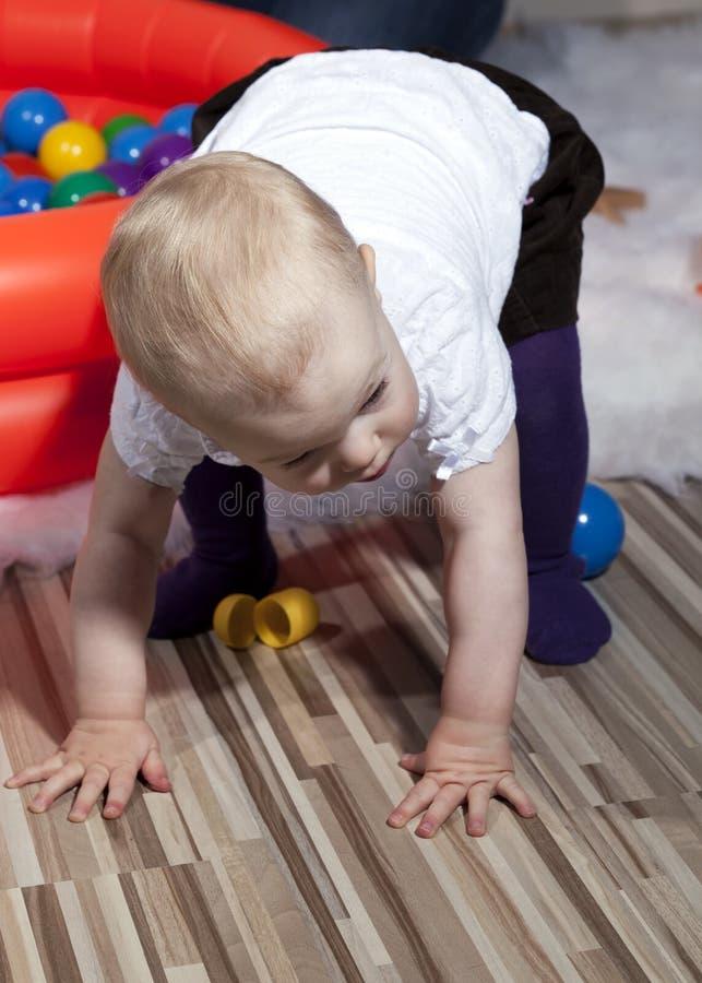 Baby die eerste maatregelen treft stock afbeeldingen