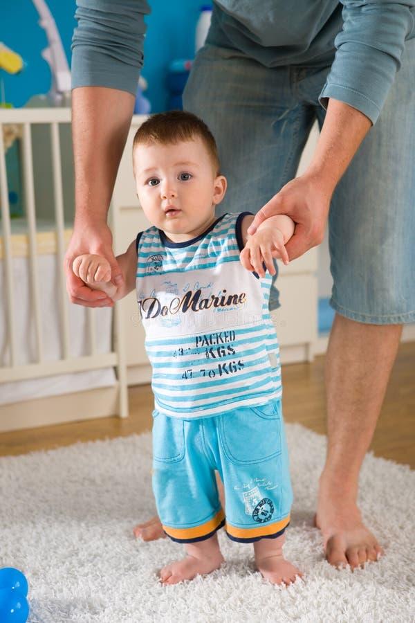 Baby die eerste stappen doet royalty-vrije stock fotografie