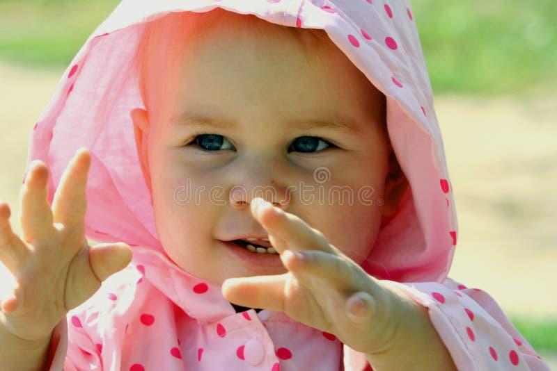Baby die in haar handen slaat royalty-vrije stock afbeeldingen