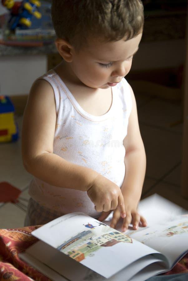 Baby die het boek leest royalty-vrije stock foto