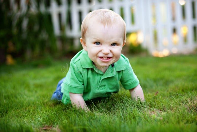 Baby die in het gras kruipt royalty-vrije stock foto's