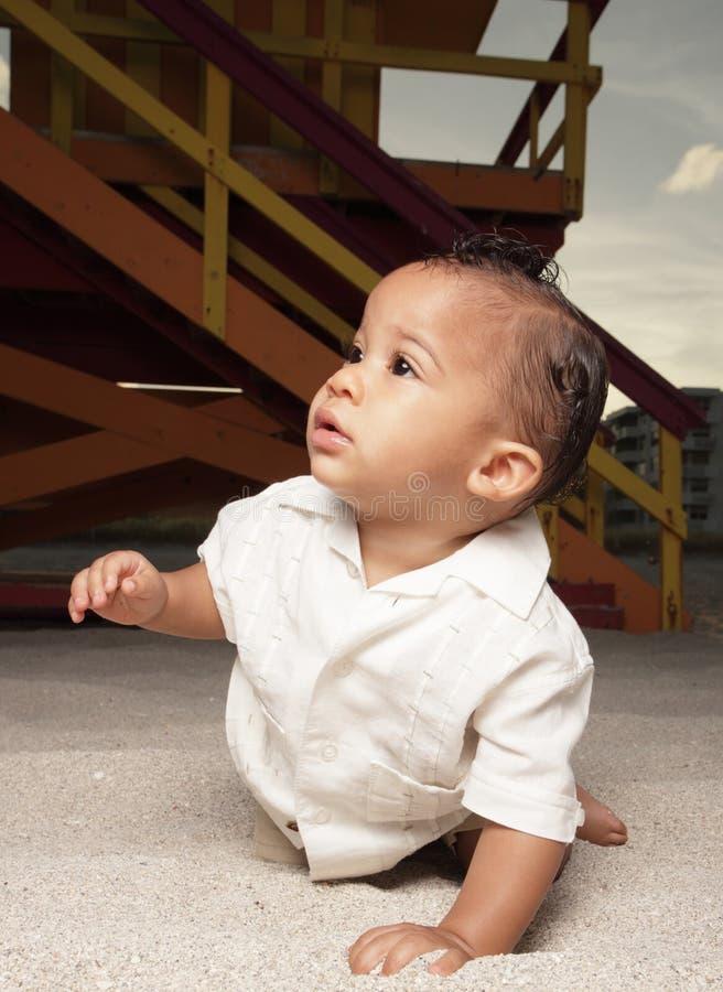 Baby die in het zand kruipt royalty-vrije stock fotografie
