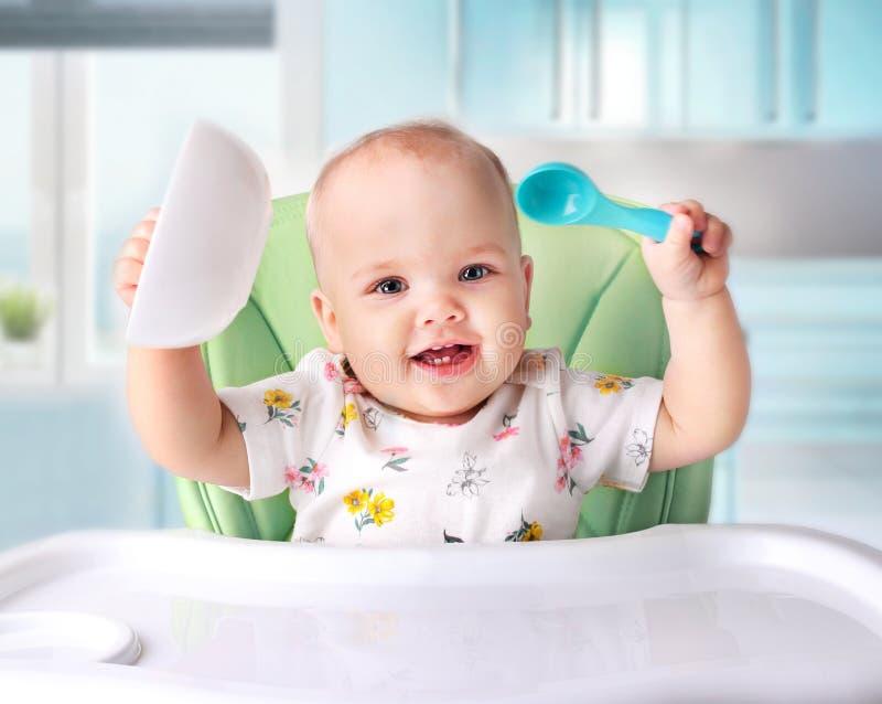 Baby die, kind` s voeding eten stock afbeelding