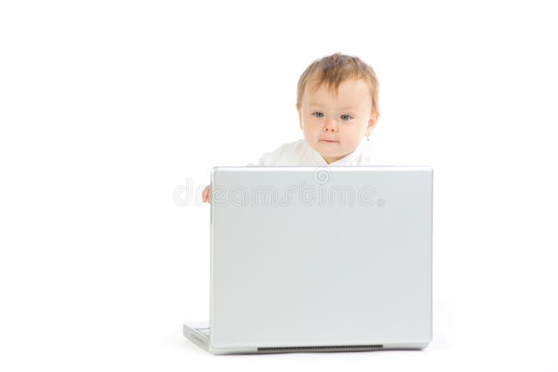 Baby die met laptop computer wordt gezeten royalty-vrije stock foto's
