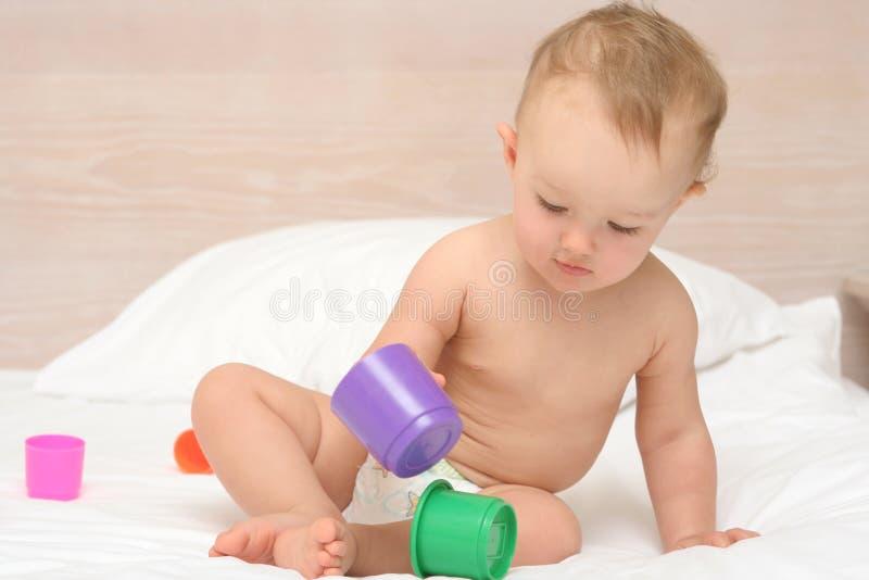 Baby die met speelgoed speelt stock foto