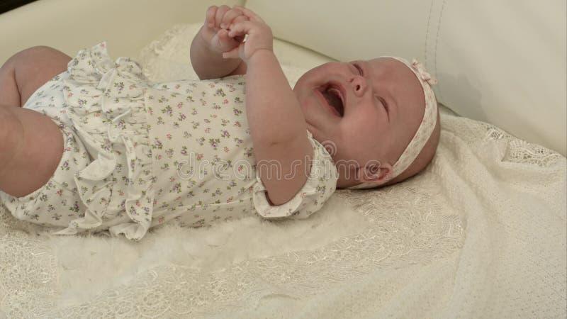 Baby die op het bed schreeuwen royalty-vrije stock fotografie