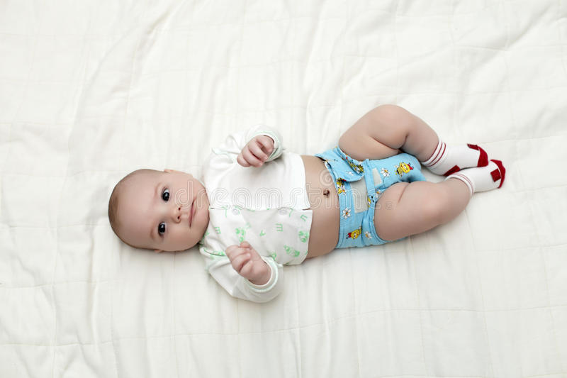 Baby die op rug ligt royalty-vrije stock foto's