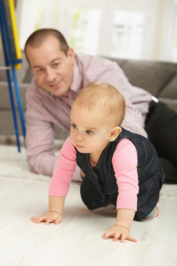 Baby die op vloer kruipt stock foto's