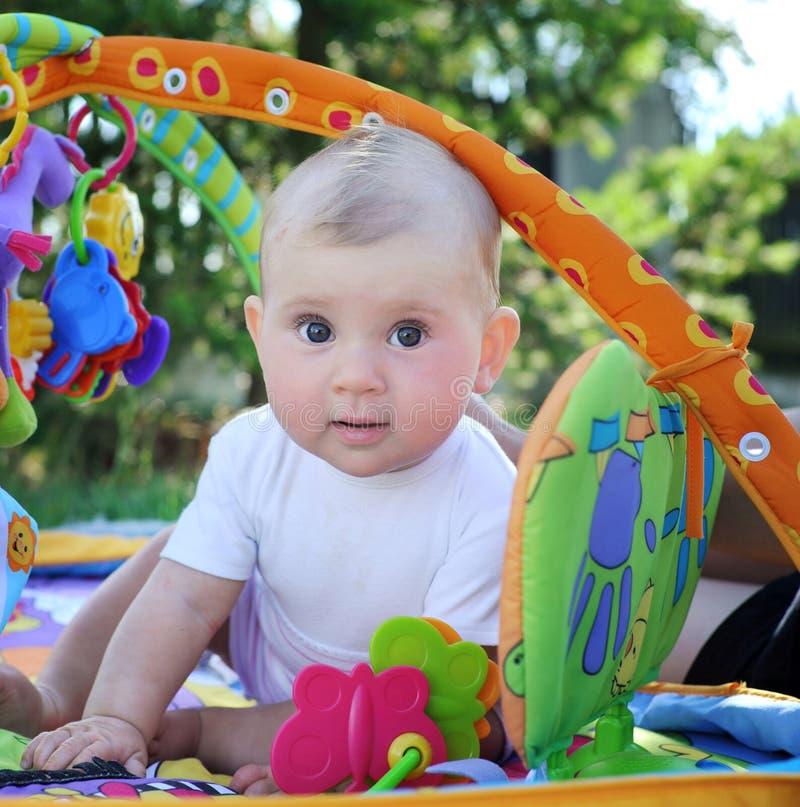 Baby die in openlucht speelt stock afbeeldingen