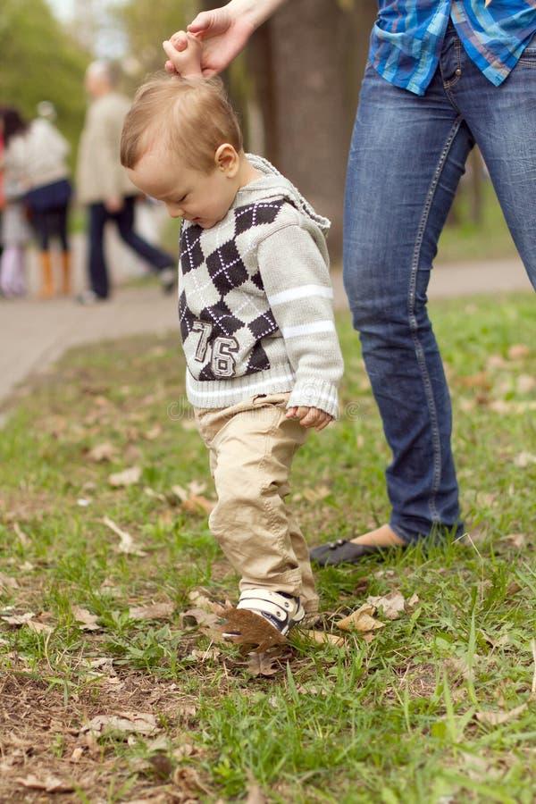 Baby die in Park leren te lopen stock foto