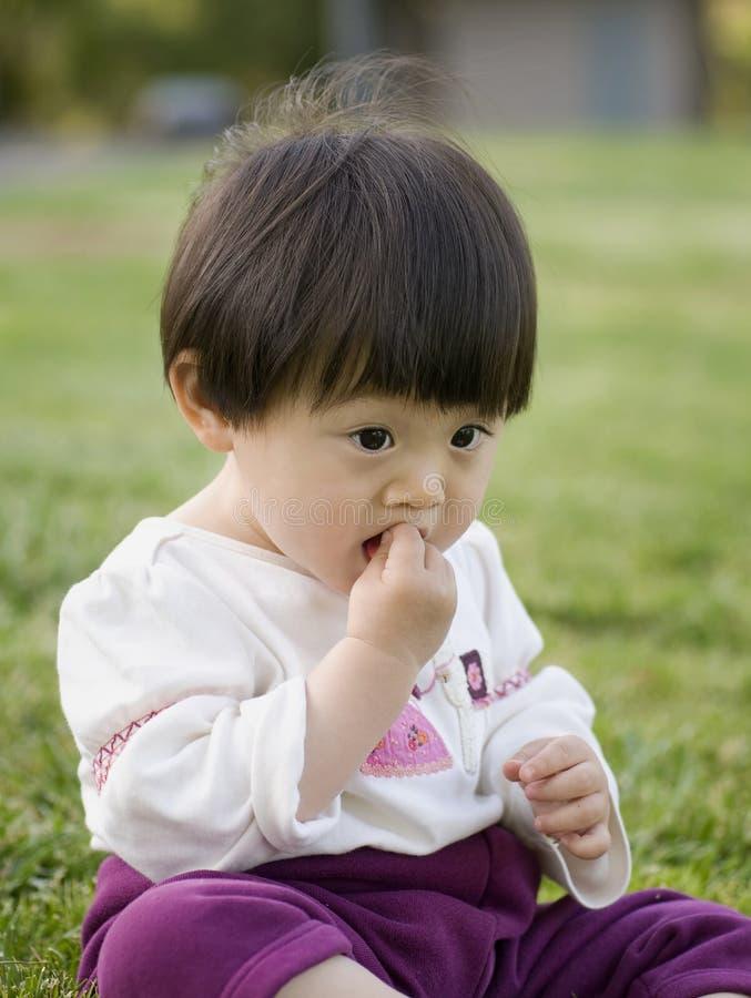 Baby die snack eet stock foto's