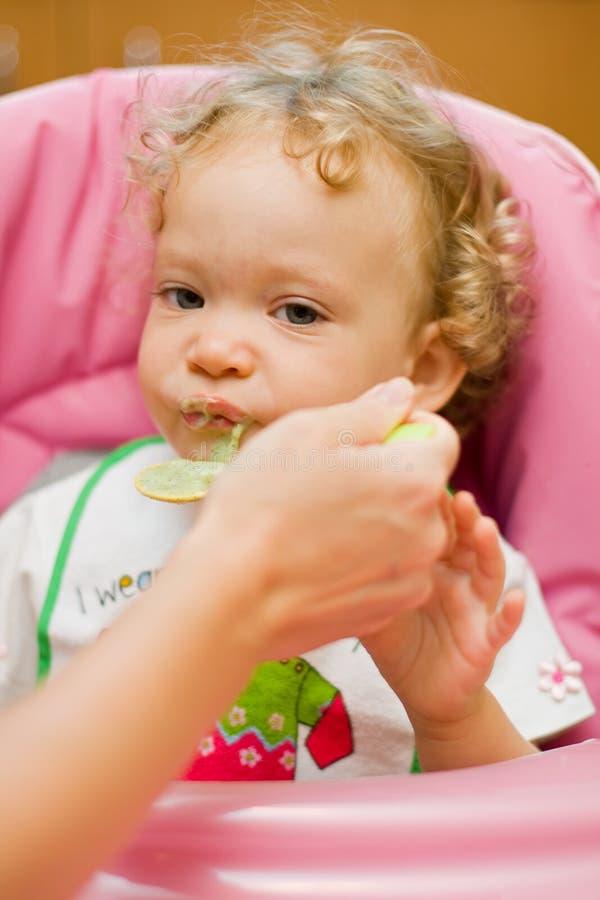 Download Baby die spinazie eet stock foto. Afbeelding bestaande uit caring - 10780198